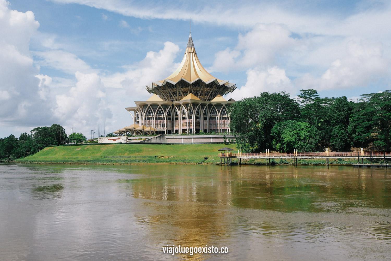 El río Sarawak a su paso por Kuching, con la oficina del gobierno local de fondo