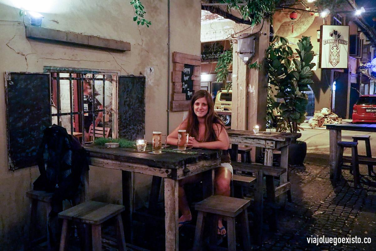 En las calles paralelas al paseo del río se pueden encontrar bares con mucho encanto