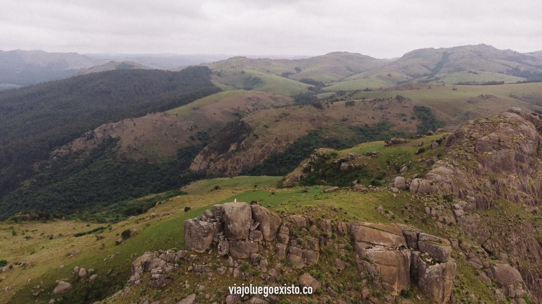 Casi no se nos ve, pero ahí estamos en lo alto de Sheba's Breast summit, en el Valle de Ezulwini