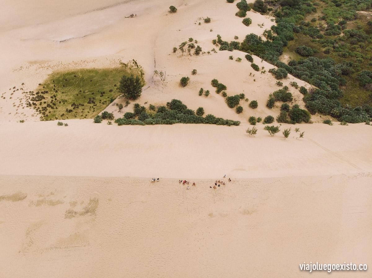 Plano cenital de un grupo que llegamos hasta arriba de la duna más alta de Bazaruto