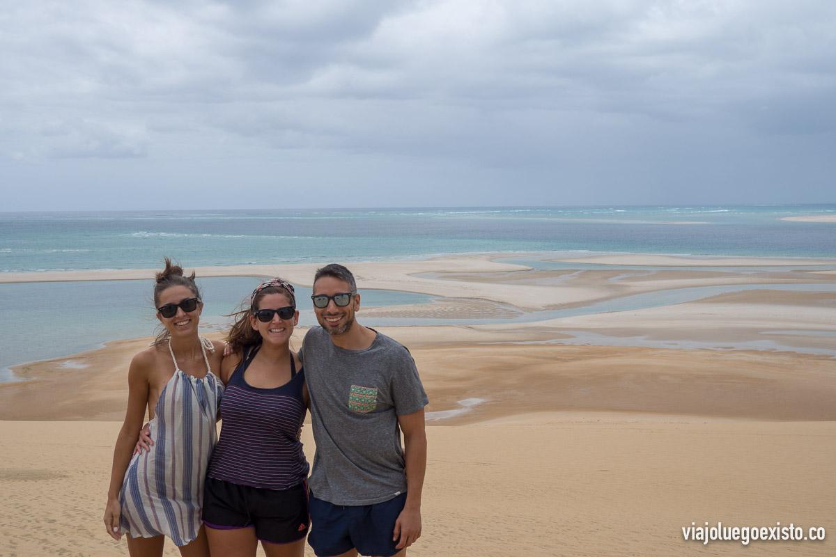 Lorena, Tam y yo posando en lo alto de las dunas en Bazaruto