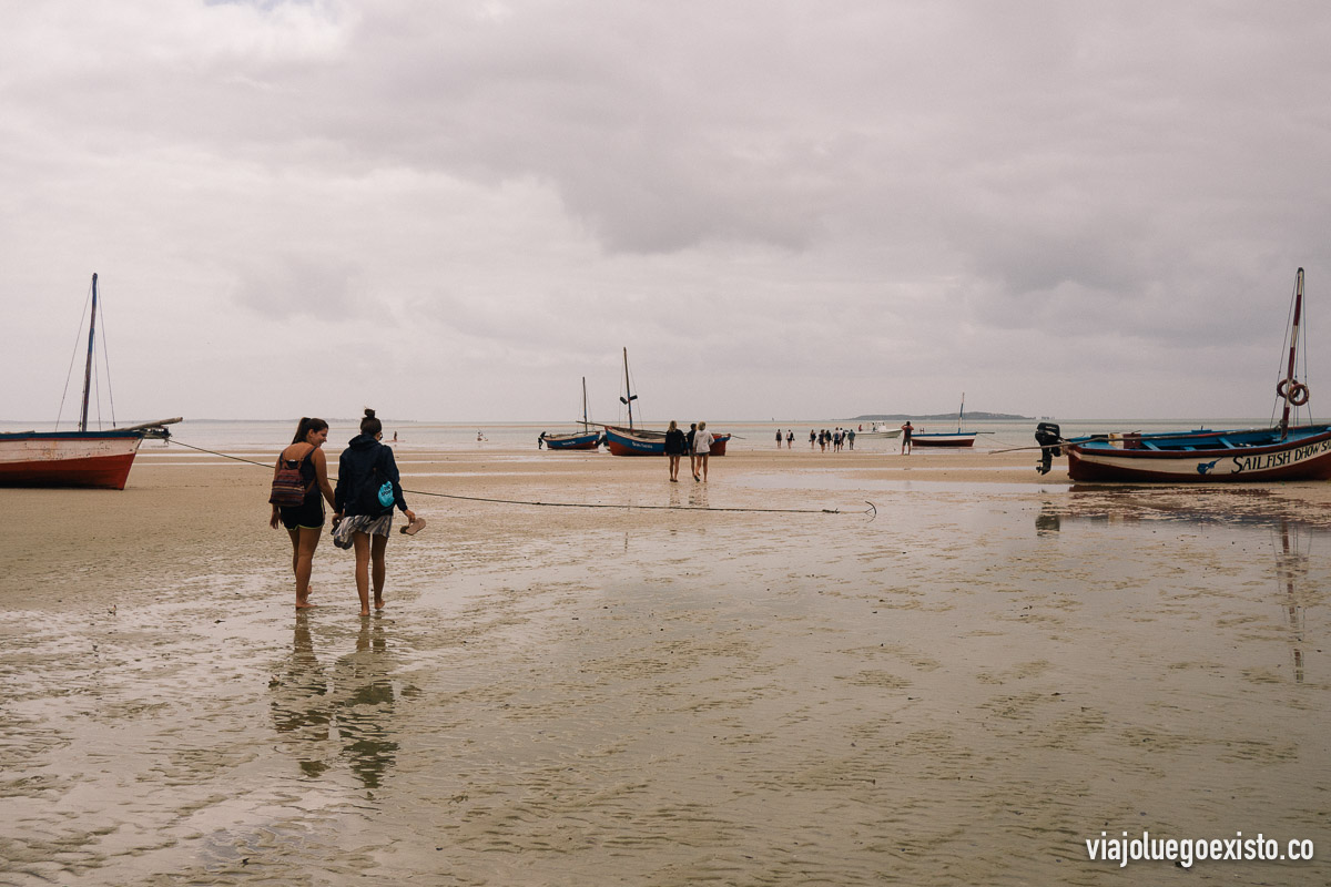 Por la mañana había marea baja, así que tuvimos que andar hasta el barco que nos llevaría a Bazaruto