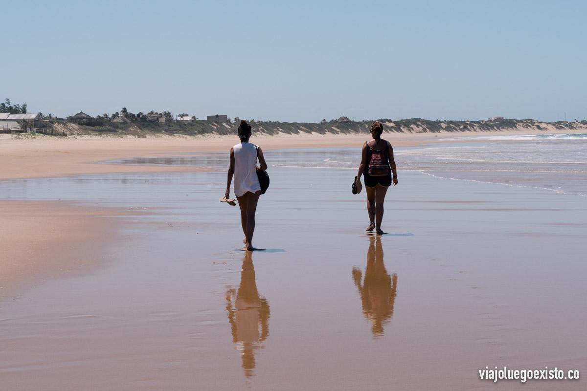Paseando por la kilométrica playa de Tofo