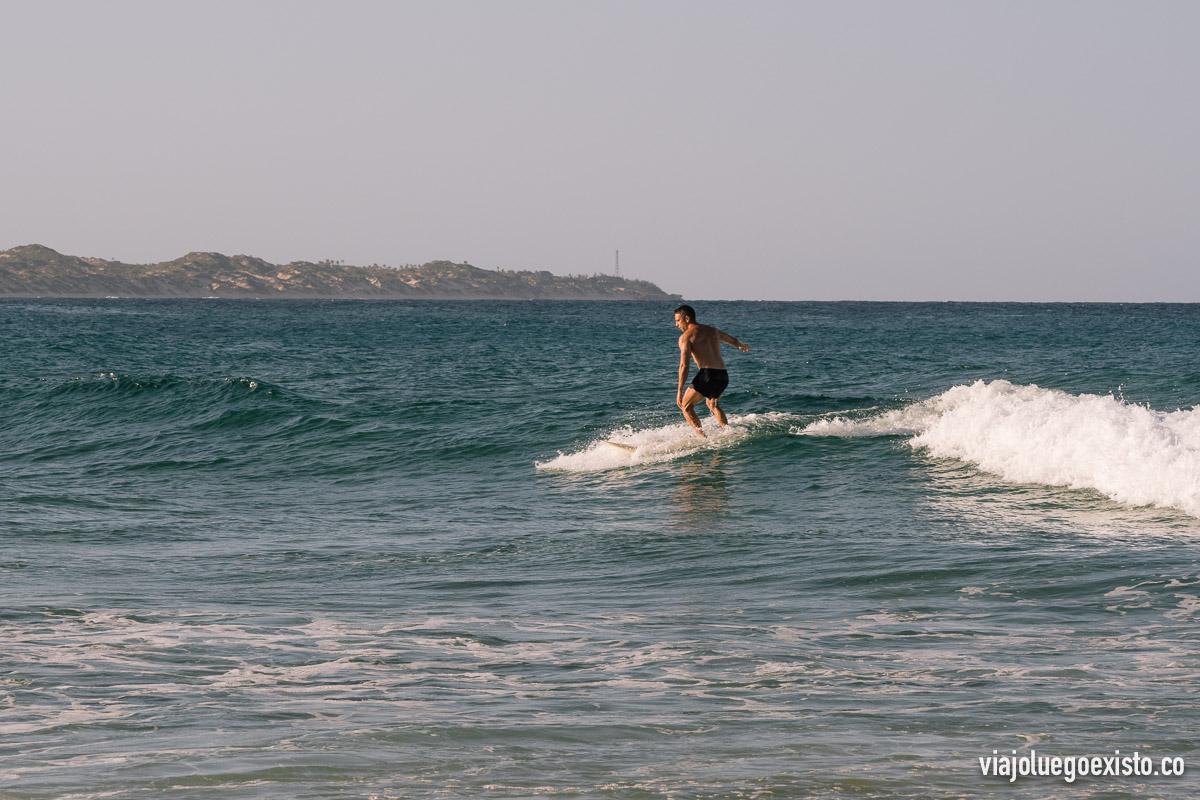 Yo intentando surfear, es uno de los grandes atractivos de Tofo
