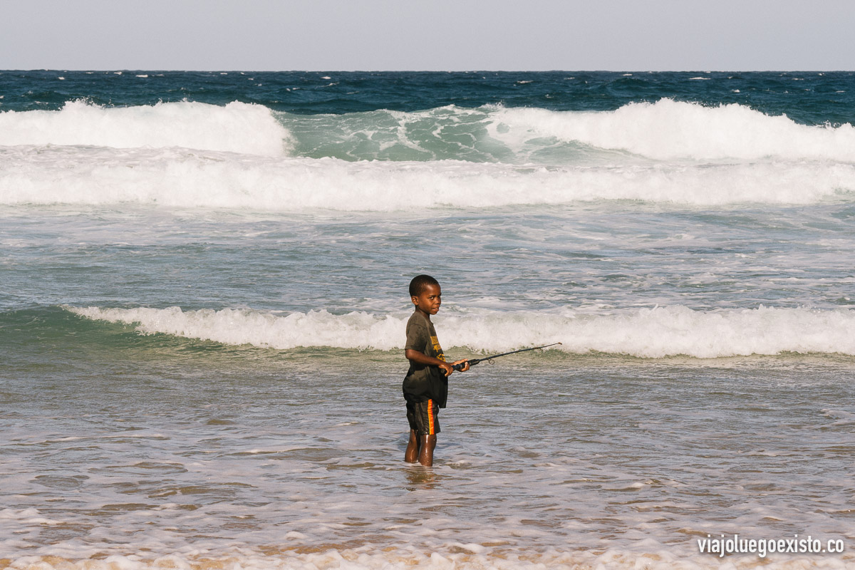 Niño pescando en la playa de Tofo