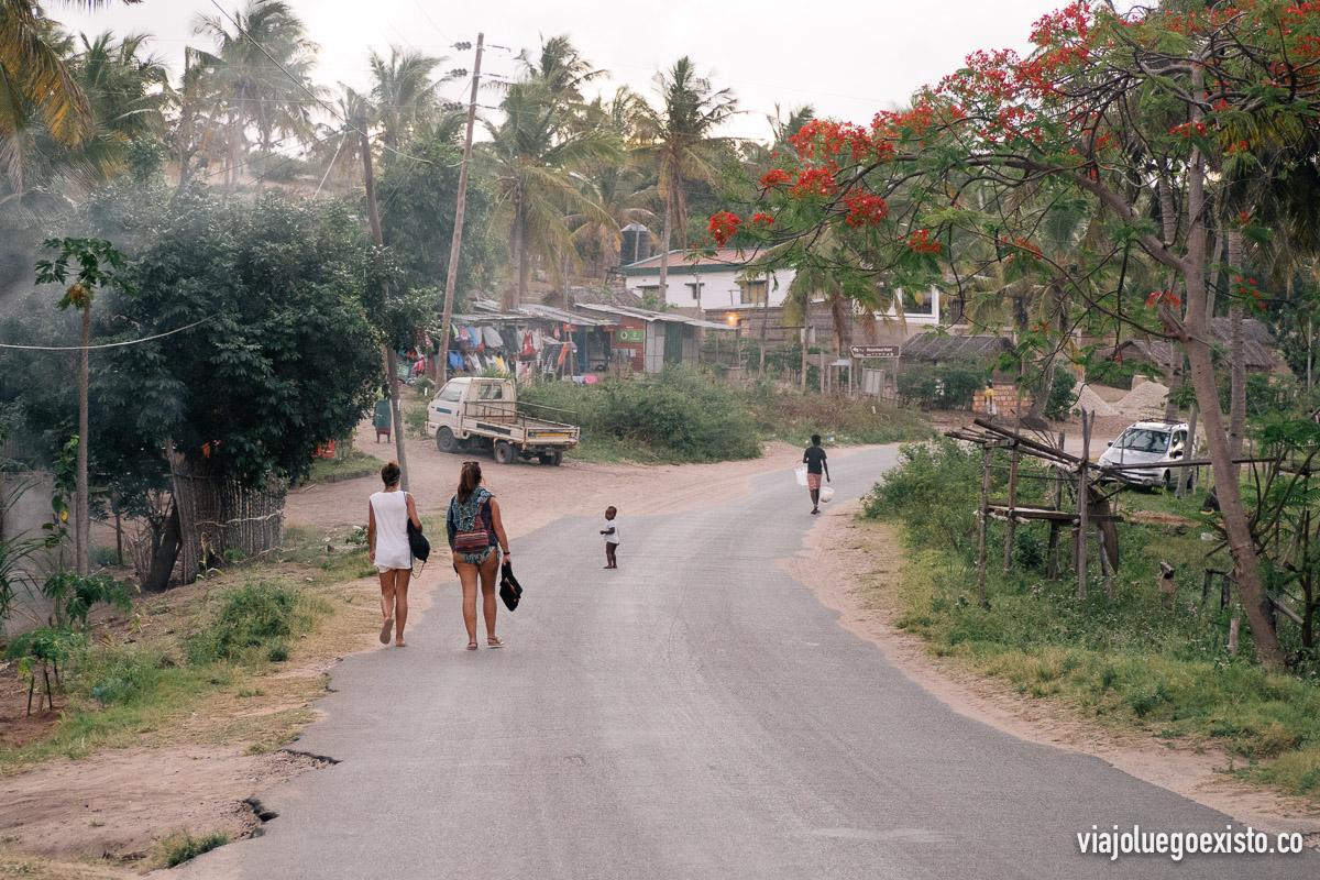 Caminando por las afueras de Tofo