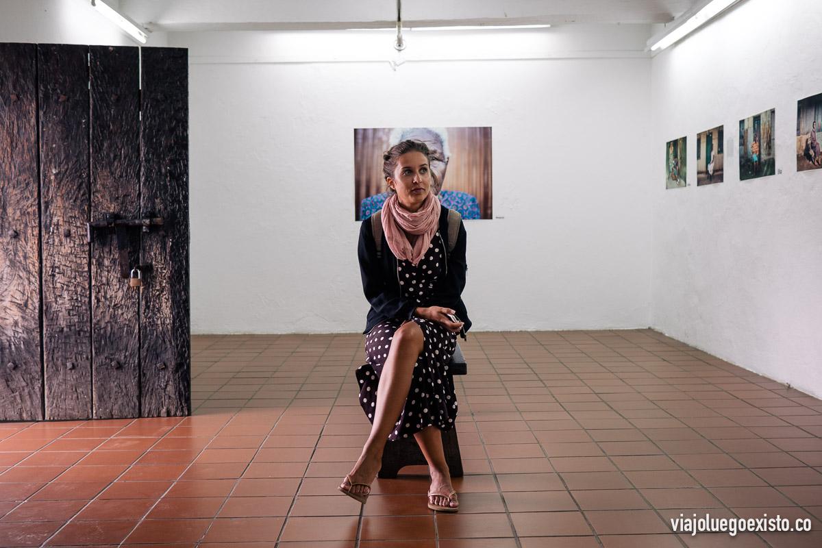 Lorena sentada en una exposición en la fortaleza de Maputo