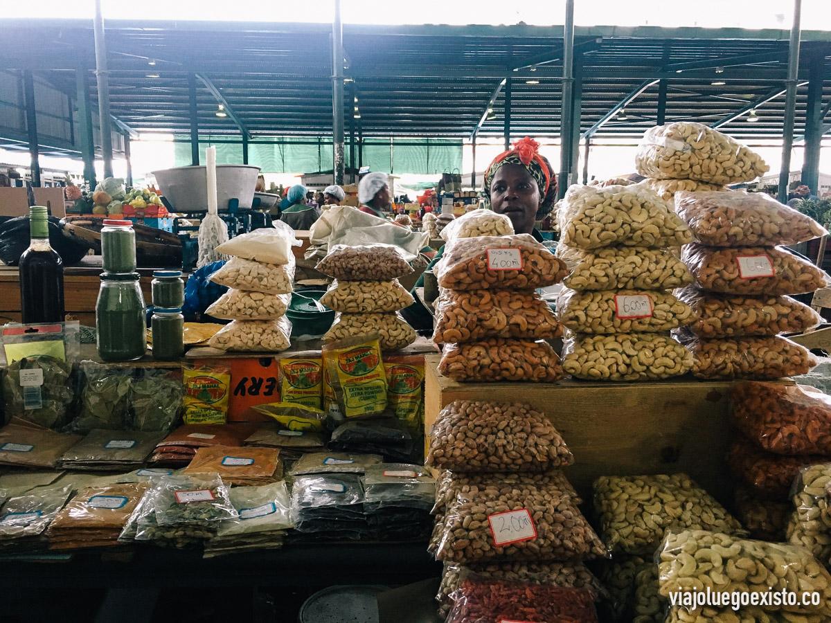 Puesto de frutos secos y especias en el Mercado Municipal