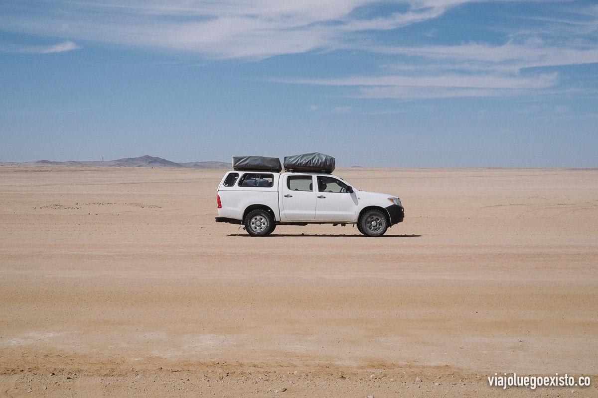 Nuestro Toyota Hilux 4x4 con dos tiendas de campaña en el techo :)