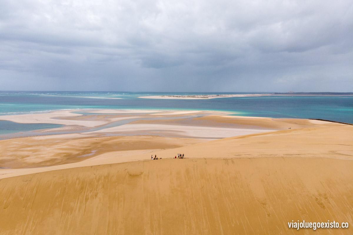 Ahí puedes ver el grupo que visitamos la isla de Bazaruto, con dunas de arena enormes y colores turquesas increíbles.
