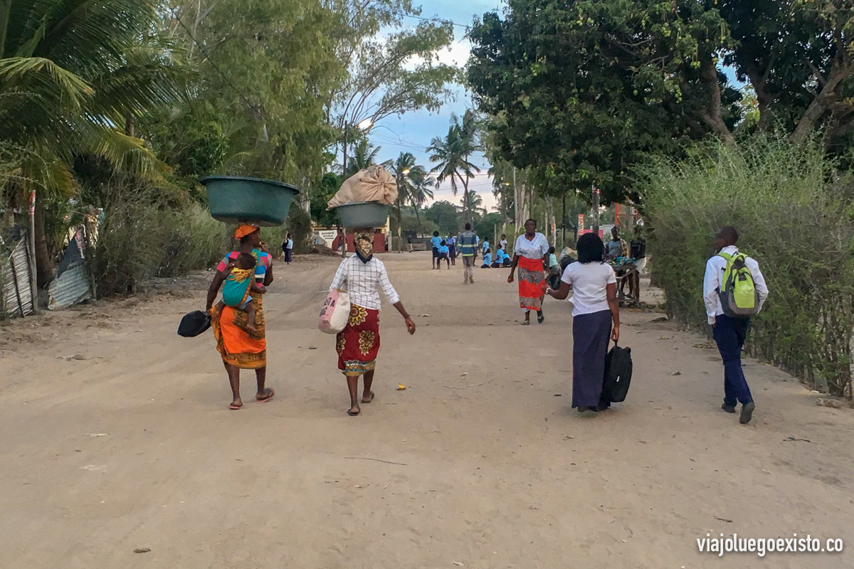 Mozambiqueños en su día a día en Vilanculos.