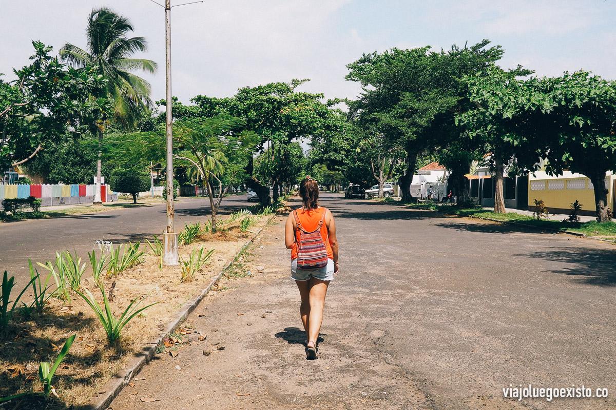 Tam caminando por Av. da Independência, una de las calles más importantes de la capital.