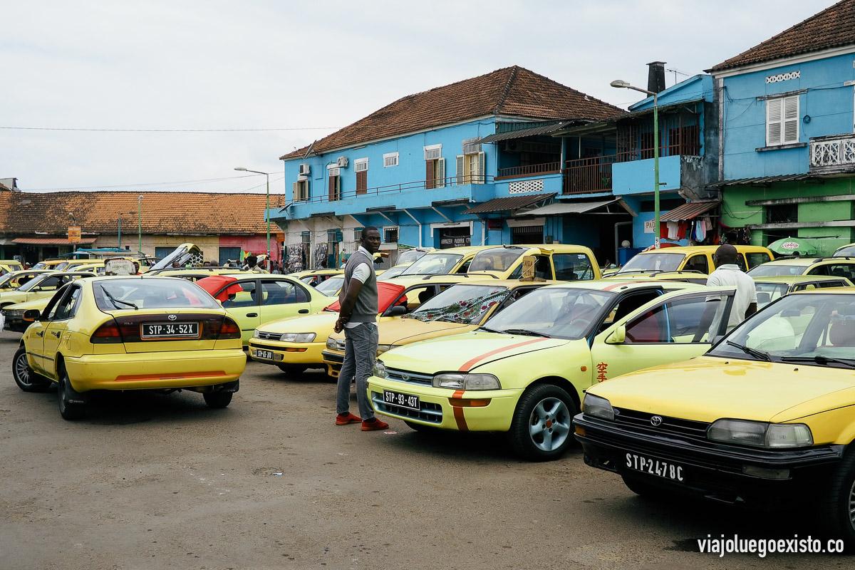Alrededores del mercado, lleno de taxis esperando