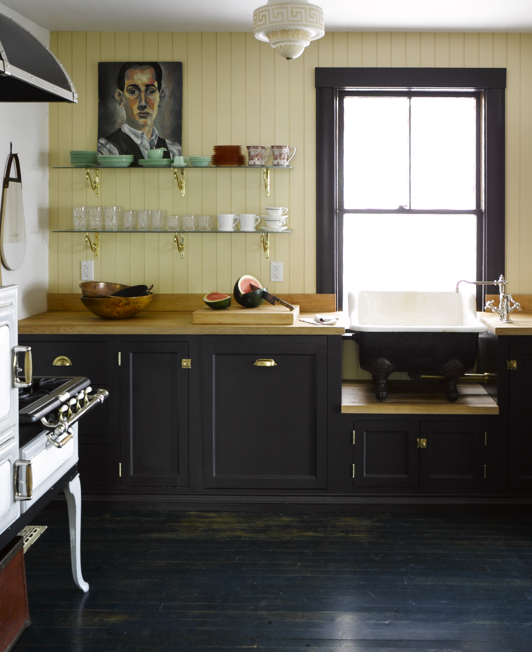 The sink makes this basic farmhouse kitchen swoon-worthy.