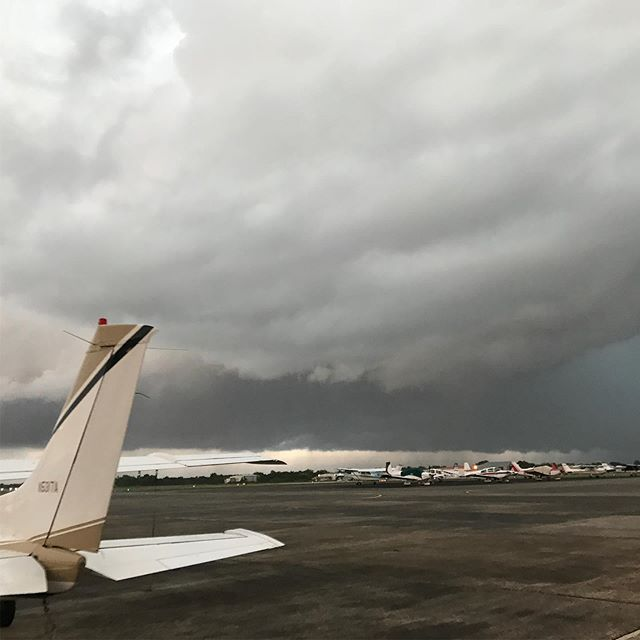 Landed while the storm was passing. Sunshine 20 minutes later! • • • #broadwayeventsunlimited #bridalextravaganza #bridalextravaganza2018 #pipercherokee #pilotownership #pilotlife #aviation #airplanelanding #travel #lol #tbt #humpday #clouds #mcm #wingview #landing #takeoff #houston #aviator #houstonareaaviators