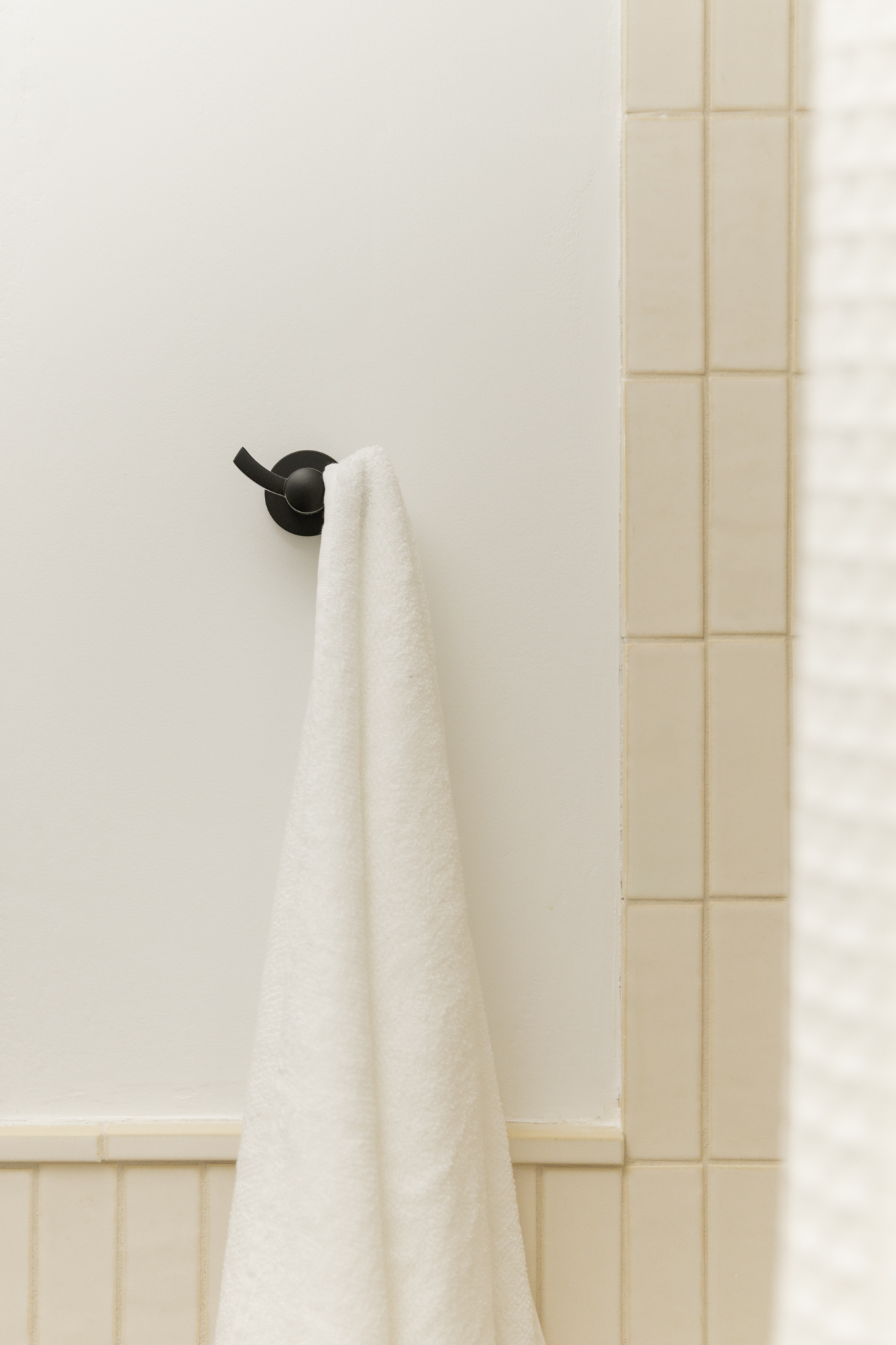 Emtek -  Bathroom Hook  in Matte Black