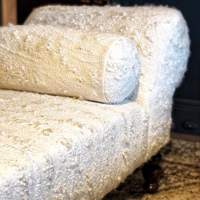 Another fantastic designer-artisan collaboration: @kinteriors_sf and @fogandfury on this stunningly tactile felted chaise.  Yes please! Spotted @sfshowcase #thetextileeye #handfelted #sfdecoratorshowcase