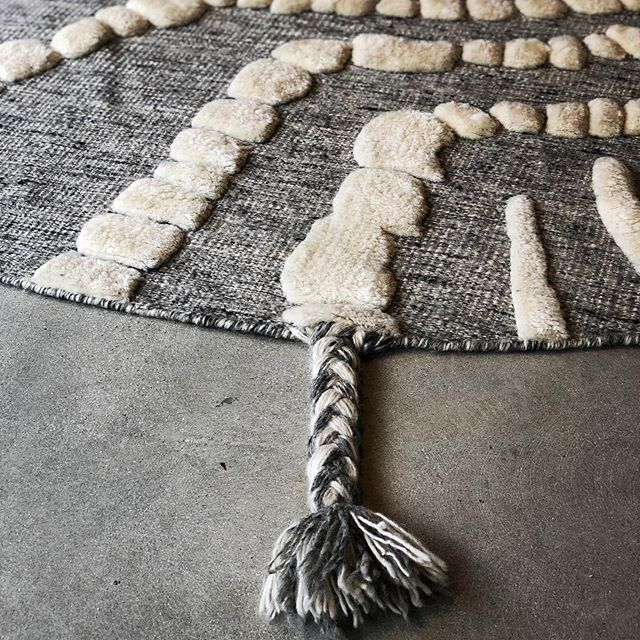 So much going on in this great rug: cool shape, tasseled detail, high-low texture, yet the natural wool and neutral color keep it understated. @woven.is #chic #lcdqla #thetextileeye