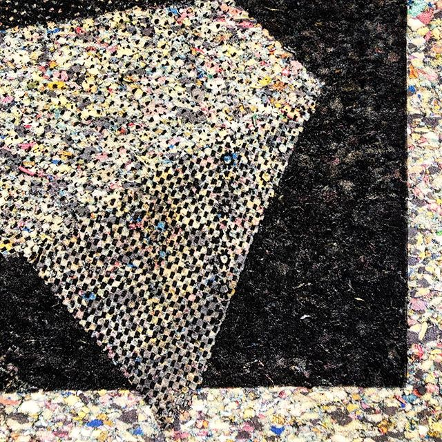 Since 1990 our San Francisco dump has an artists-in-residence program, artists scavenge interesting materials from the dump to transform into art. Very much enjoyed work by @fragilescorp, especially the mono prints of carpet pad on carpet pads 👌🏼, and the intersecting fabrics woven through each other using a double cloth technique. @recologyair #textileart #reclaimedtextiles #reusereducerecycle #monoprint #doublecloth #thetextileeye