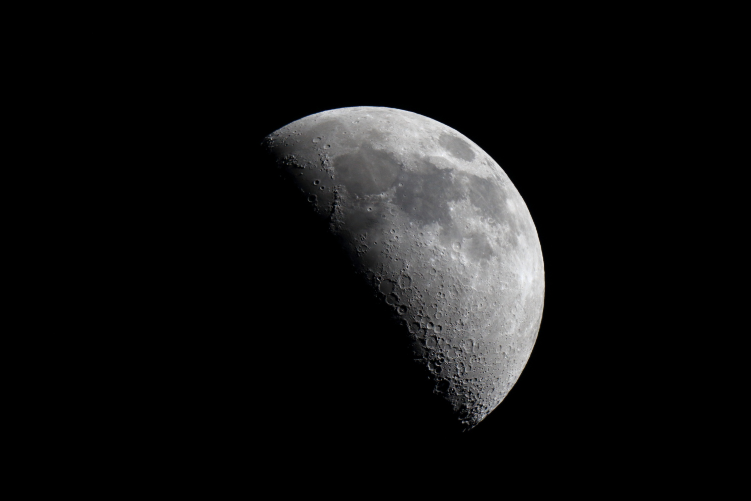 Waxing Moon at 1920mm!    Single shot at 1/800 s - ISO 400 - @ 1920 mm - EOS 1200D + Dobson SkyWatcher 250/1200 f/5 - Mac OS + Canon DPP 4 - 5184x3456 px. Domagnano, Rep. of San Marino, 22 August 2015.