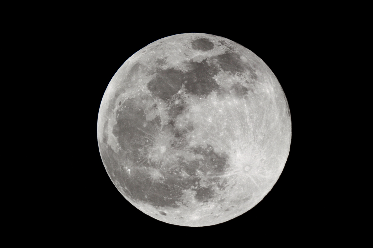 Full moon in summer!    Single shot at 1/1000 s - ISO 100 - @ 1920 mm - EOS 1200D + Dobson SkyWatcher 250/1200 f/5 - Mac OS + Canon DPP 4 -5184x3456 px. Domagnano, Rep. of San Marino, 29 August 2015.