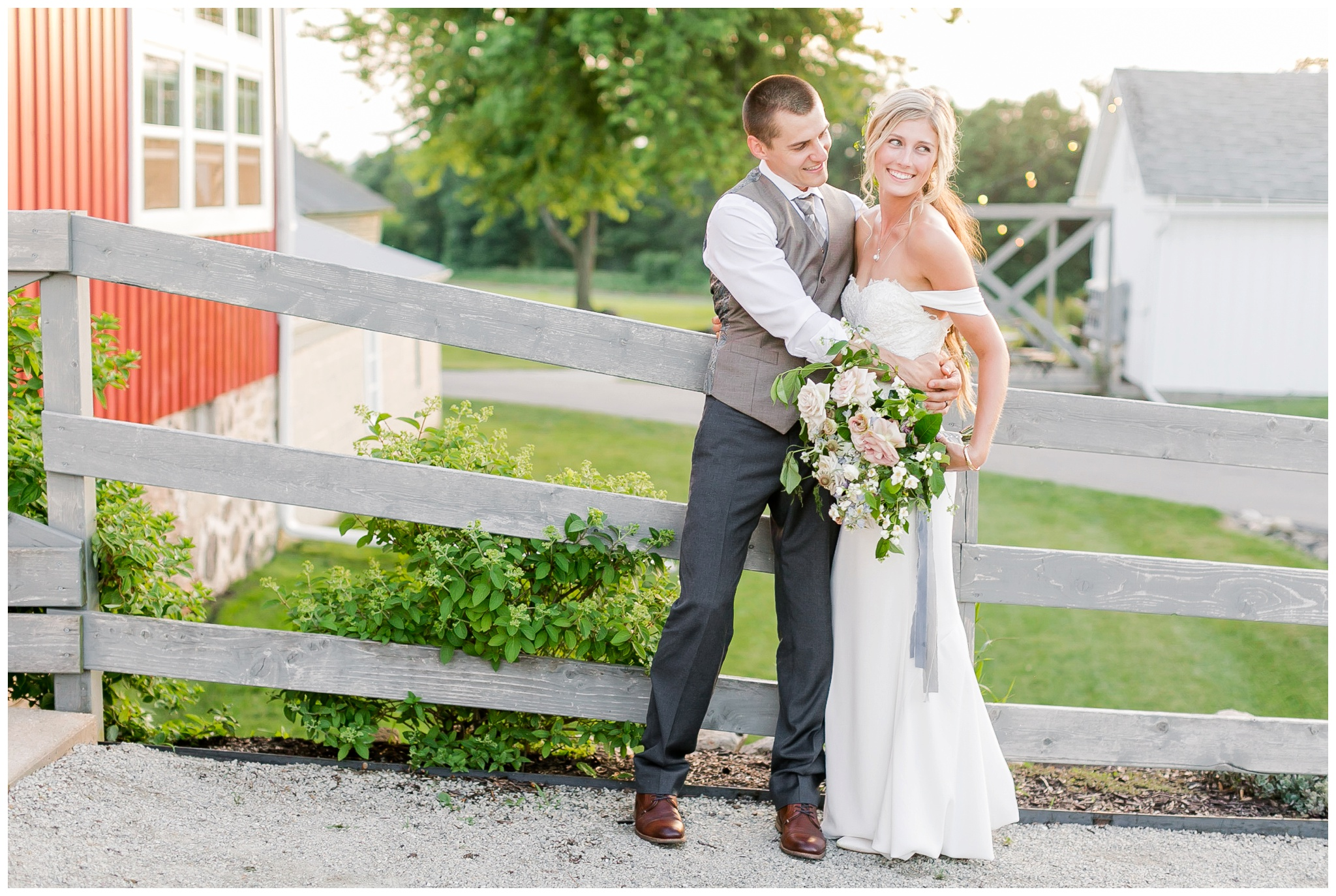 vintage_fields_farmin_betty's_colombus_wisconsin_wedding_briar_loft_3161.jpg
