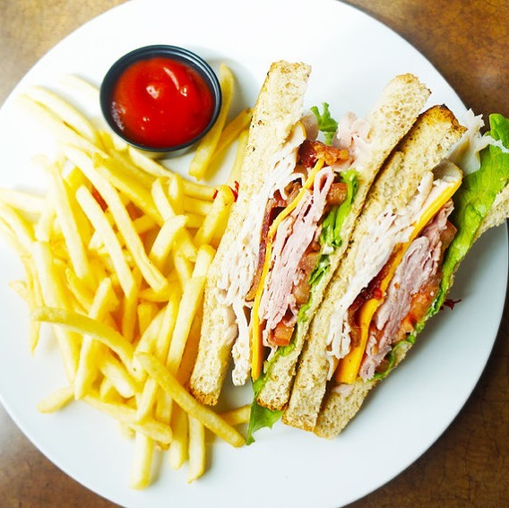 I'm a pretty simple girl for the most part. Sometimes, I don't want big lunch frills just a cool casual lunch. I stopped by Tug's in Harbor Town after a walk on The Mississippi. Here's my review on the blog now....