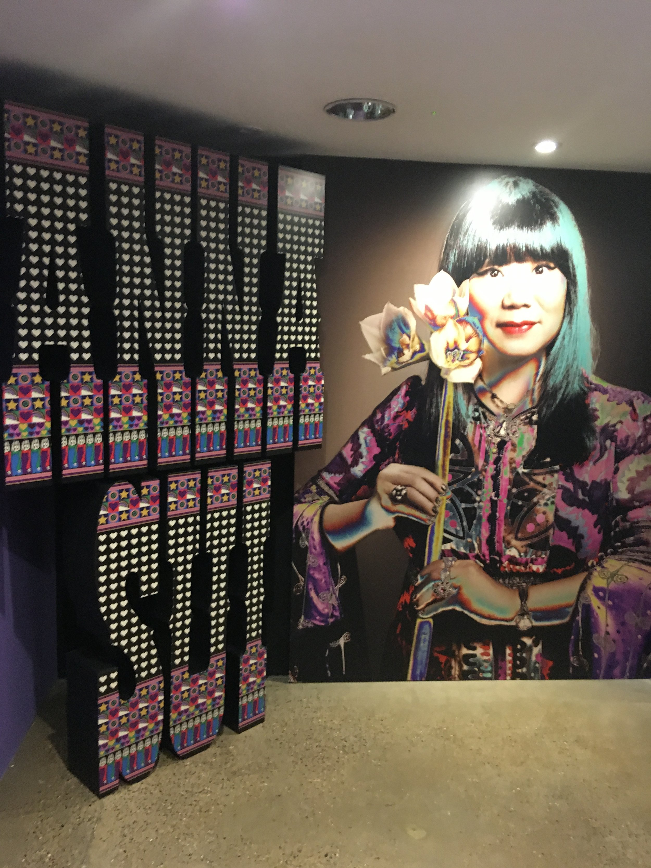 London stylists: The World of Anna Sui provides not only a fascinating guide to the history of American pop culture, but also a powerful inside look into the creative process and unique world view of this iconic New York designer.