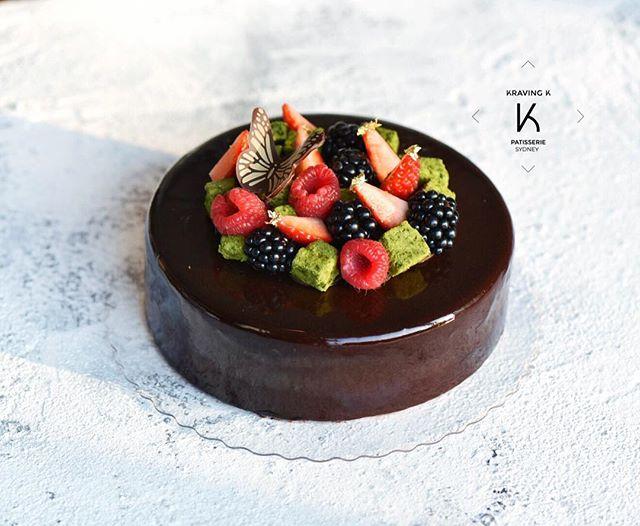 [Chocolate & Salted Caramel Entremet ]  #Valrhona Manjari 64% chocolate mousse , salted caramelised  Valrhona Ivoire 35% white chocolate curd, chocolate sponge , crunchy base, garnished with seasonal fruits & matcha crunch ——————————————————————— 💻 www.kravingk.com 📱 +8️⃣5️⃣2️⃣ 6️⃣6️⃣0️⃣8️⃣ 3️⃣8️⃣3️⃣3️⃣ ——————————————————————— #Hkfood #hongkongfood #hkfoodporn #hkfoodstagram #hkdessert #hongkongcakes #hkpastry #hkpatisserie  #cakestagram #dessertporn #hkcake  #hongkongcake #hkcakeshop #kravingk #hkbakeryshop #pastryart  #chefstalk #pastrydelights #pastryinspiration #訂蛋糕 #百日宴 #散水餅 #網上蛋糕店 #hkonlinebakery #chefsgossips #香港蛋糕店