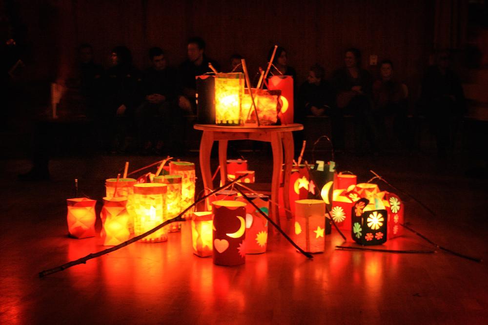 Det viktigaste med högtiderna ärgemenskapen och tryggheten i de välkända sångerna,utsmyckningarna och traditionerna.