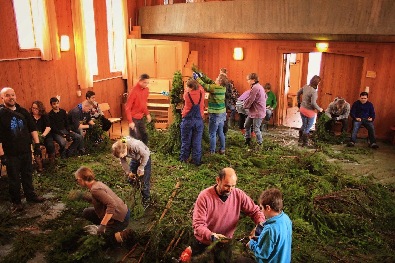 En viktig tradition på Solbergaär då vi samlas i Arken i adventför att binda julkransar och göra årets julbock. Arbetet är roligt och lättsamt, vi får lyssna till levande musik av våra duktiga musiker under tiden och stämningen är fokuserad och glad. Lukten av granbarr som fyller Arken gör det hela extra mysigt.