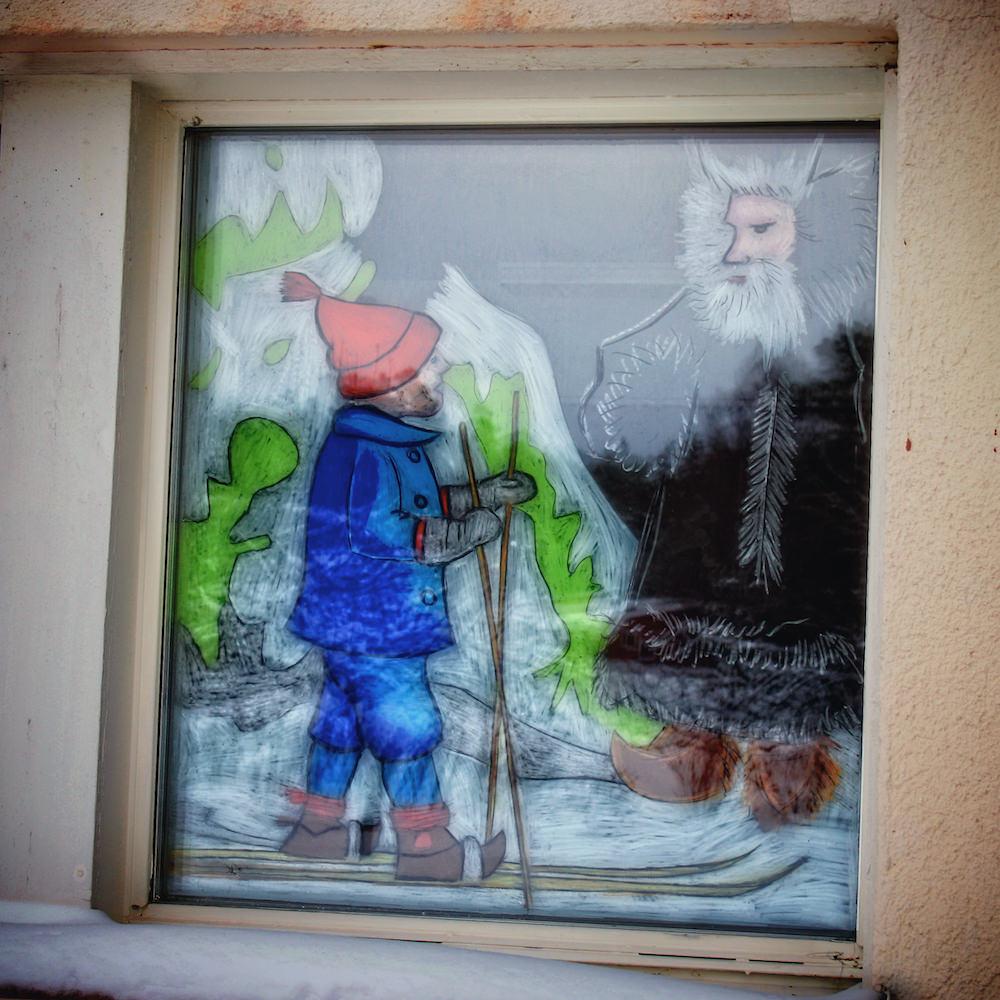Ett fönster i skolan som målats inför julen, fönstermålningarnaändras efterårstiderna.