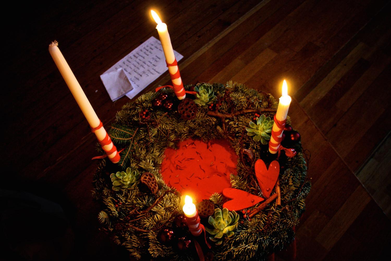 Varje måndag har ett nytt ljus tänts i adventsstaken i Arken. Den ligger i mitten av vår morgoncirkel så alla ser den och påminns om att julen närmar sig. Barnen märker hur många ljus som brinner och när det ändras.På julavslutningen är det inte alltid att alla ljus hunnit tändas.