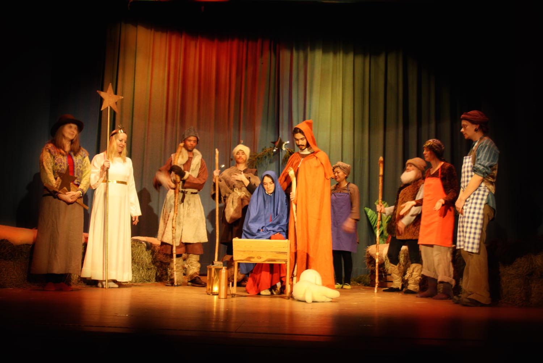Julspelet spelas av de vuxna, för barnen. Det är nästan exakt likadant, varje år. Barnen får för en gångs skull bara sitta och titta på, utan att vara delaktiga på scenen. De flesta av dem tycker att det är roligt att se de välkända vuxna i andra roller än de är vana vid.