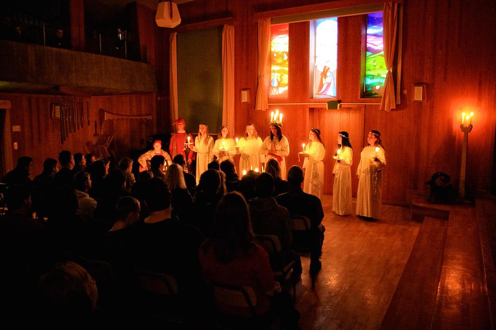 Morgonsamlingen med Luciasången under de vackra adventsbilderna.