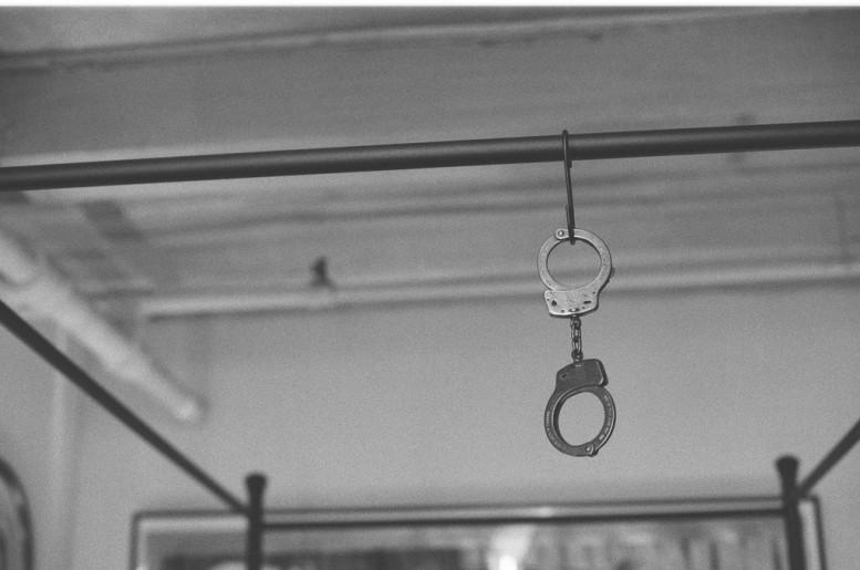 KATHE_BURKHART_annabel_graham_pas_un_autre_liz_taylor_torture_series_handcuffs