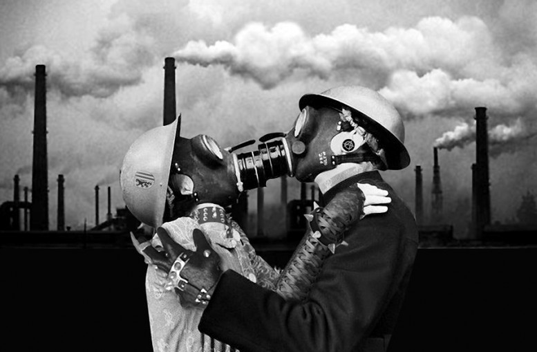 Wim-Delvoy_the_kiss_gas_masks