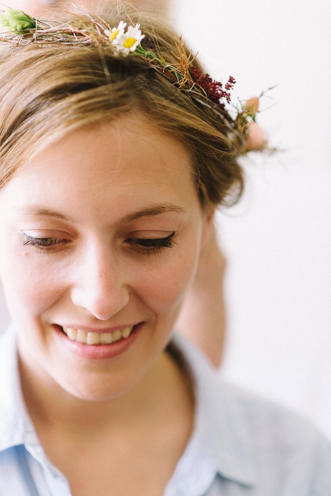 braut mit Blumenkrone im haar