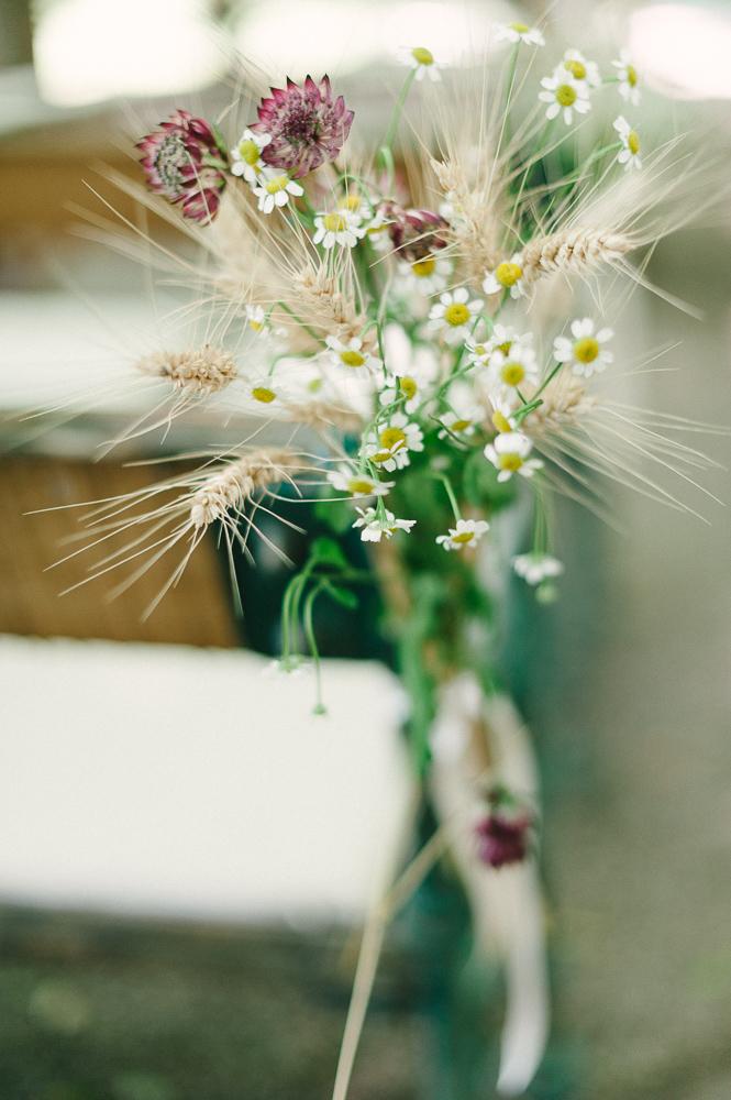 Dekoration Sitzbänke mit Wiesenblumen