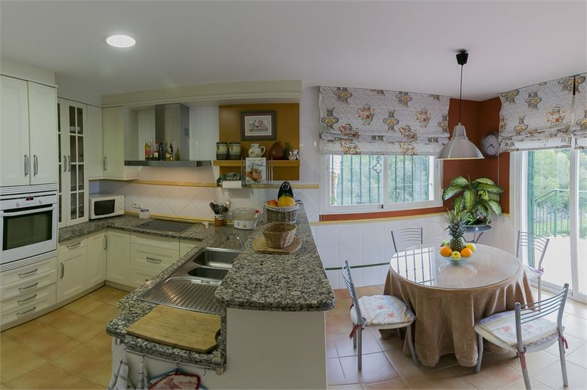 15671680-spacious-kitchen-with-access-to-terrace.jpg