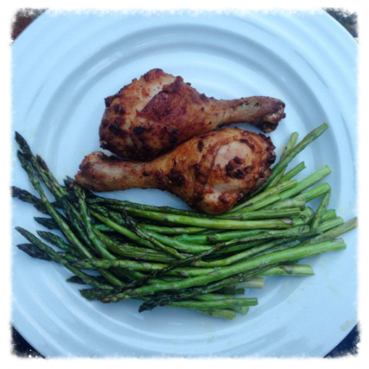 Homemade, paprika-spiced chicken drumsticks with healthy green asparagus.