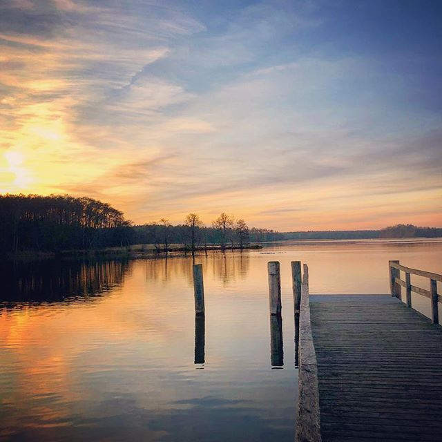 When the weekend escape treats you with a perfect sunset 🌅 #lake #waterreflection #sunset #winter #pier #rheinsberg #maritim #peace #weekendescape #getaway #lifeisgood #travelgram