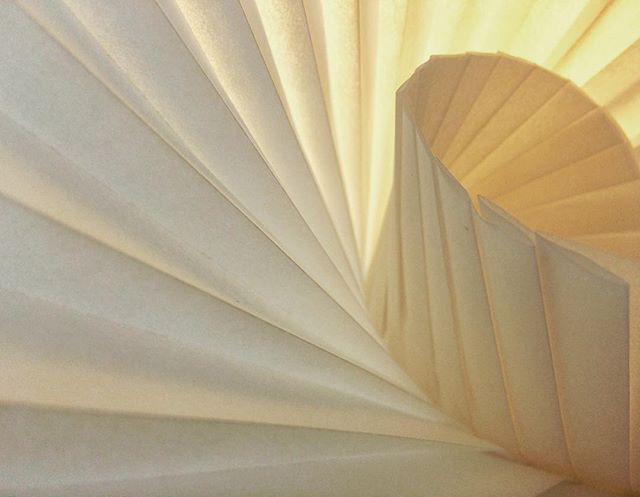 Plis plats et lumière  #origami #papier #paper #paperdesign #pleats #design #light #lumiere #feuille #forme #shape