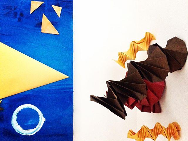 Le mouvement d'une spirale est harmonieux , épuré et sinueux. C'est une forme idéale pour réaliser des installations murales dynamiques et colorées. Le papier de @cordenonsimpressivepapers accroche la lumière et révèle toute sa beauté. Mais, est-ce qu'on peut voir l'illusion?  #origami #design #installation #art #scenography #mural #paper #papier #decorationinterieur #decor #geometrie #objectdesign #opticalillusion #bordeaux #bordeauxmaville