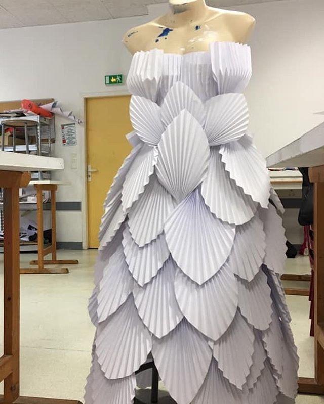 Paper style  Il y a quelque mois, invitée par @rivierealix , j'ai animé un workshop autour des techniques du pliage pour réaliser des robes de mariage. Voici l'une des ouvres crée par @josephmeowofficial. Merci à @immaconceptbdx pour m'avoir accueillie.  #origami #origamidesign #workshop #papier #paper #paperdesign #styliste #mode #prof #ecole #atelier #pliage #technique #design #creativite #creativity