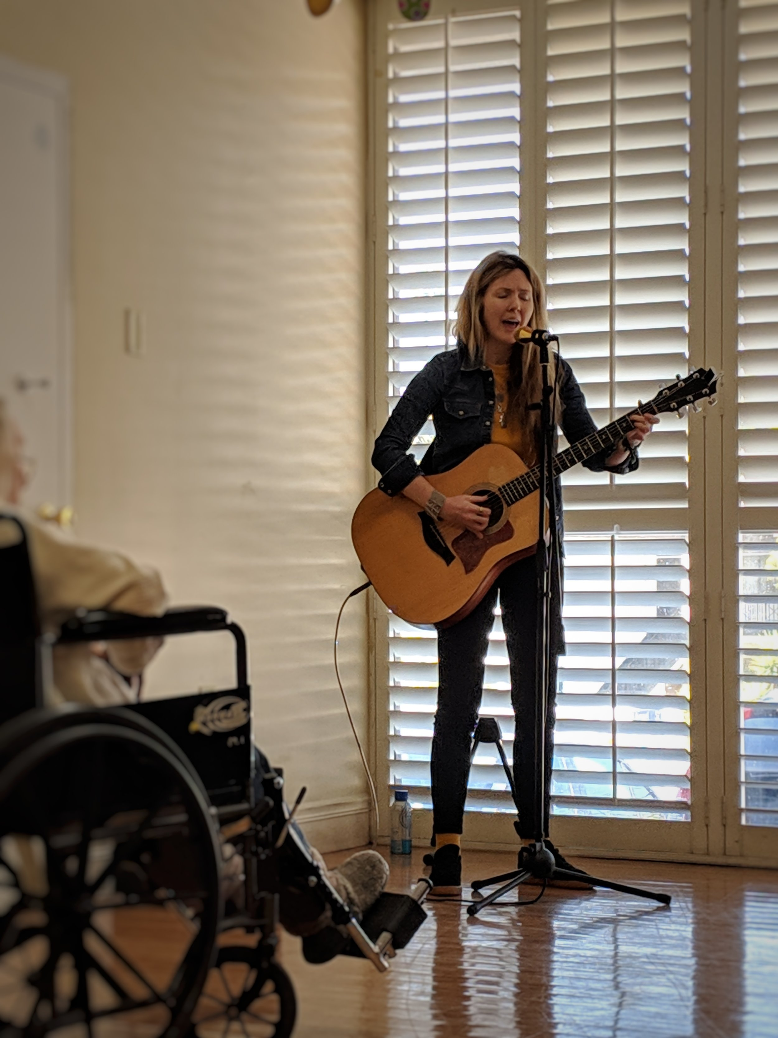 Beatie Wolfe playing to people living with dementia in Silver Lake, LA, UK (2)