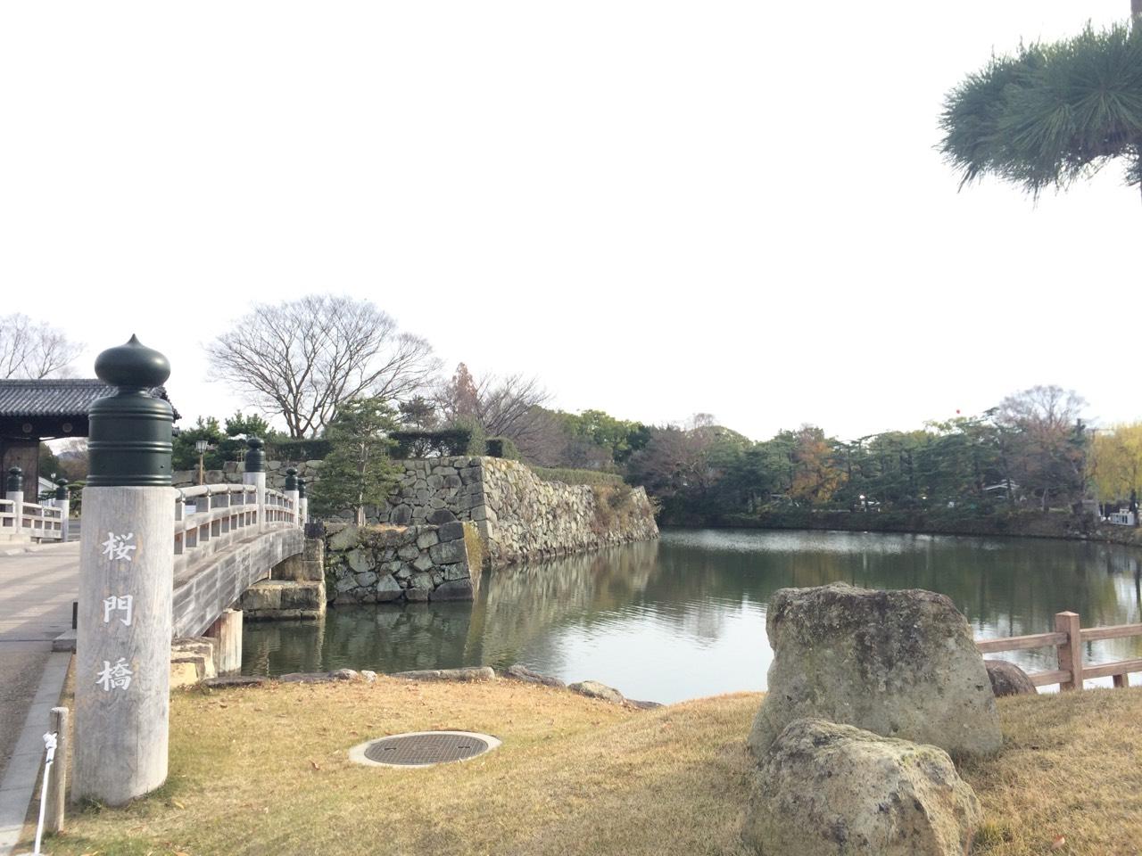 城外圍繞著「水堀」,防止、阻礙外敵侵入