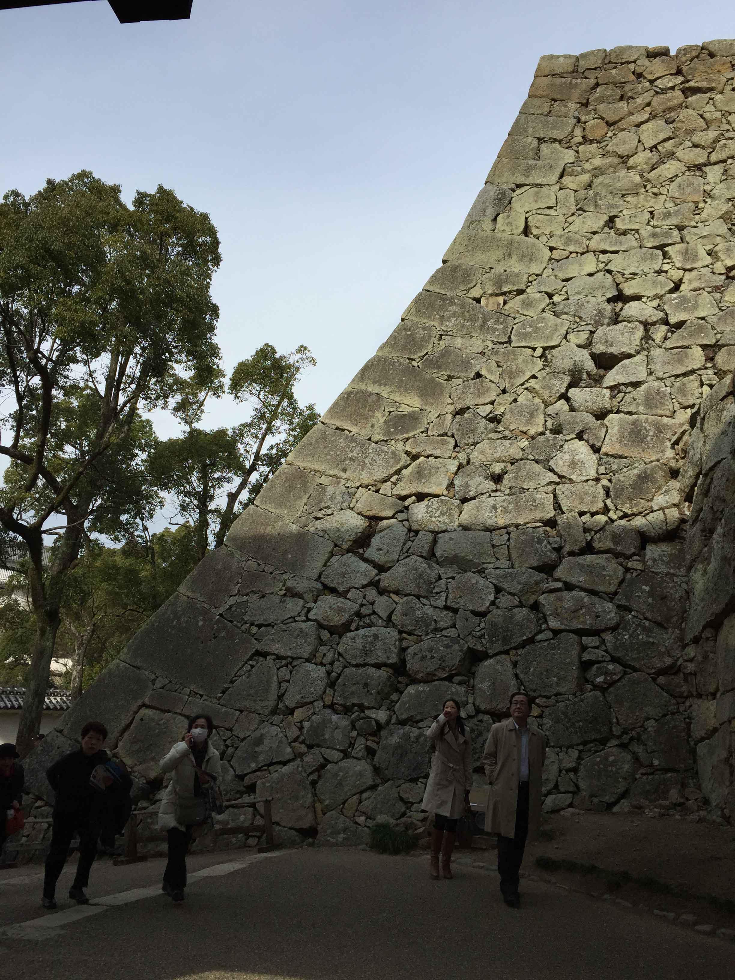 扇形斜面的「石垣」,以敲打接方式建造,不規則大石間縫填滿小石塊