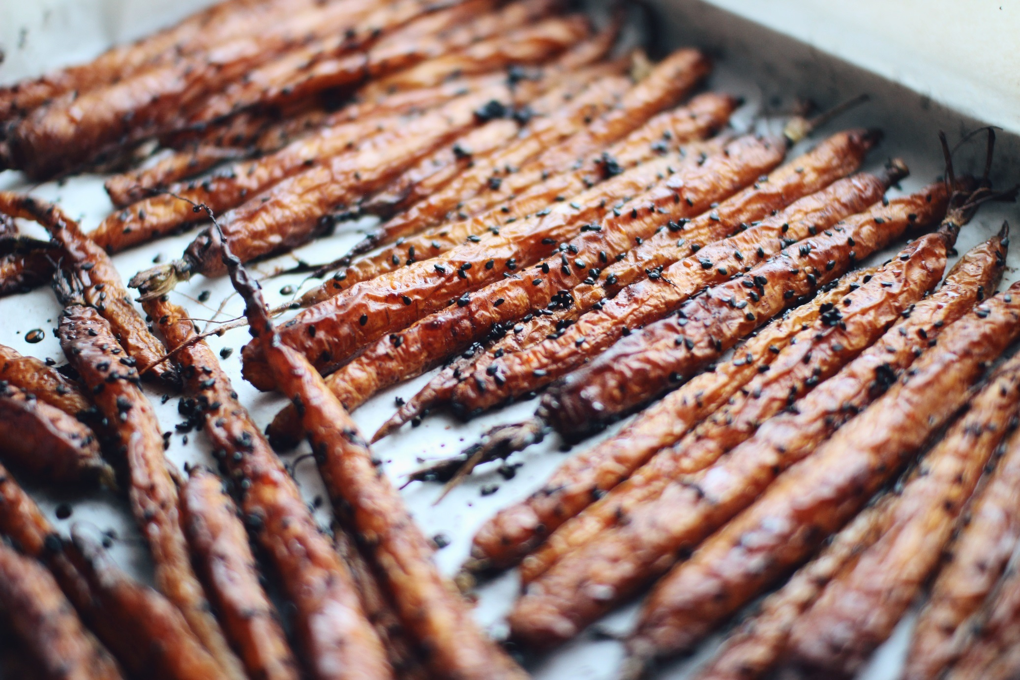 Cinnamon & Black Sesame Roasted Carrots - a beautiful dinner side dish to wow your guests with! By 'Not Your Typical Dietitian'