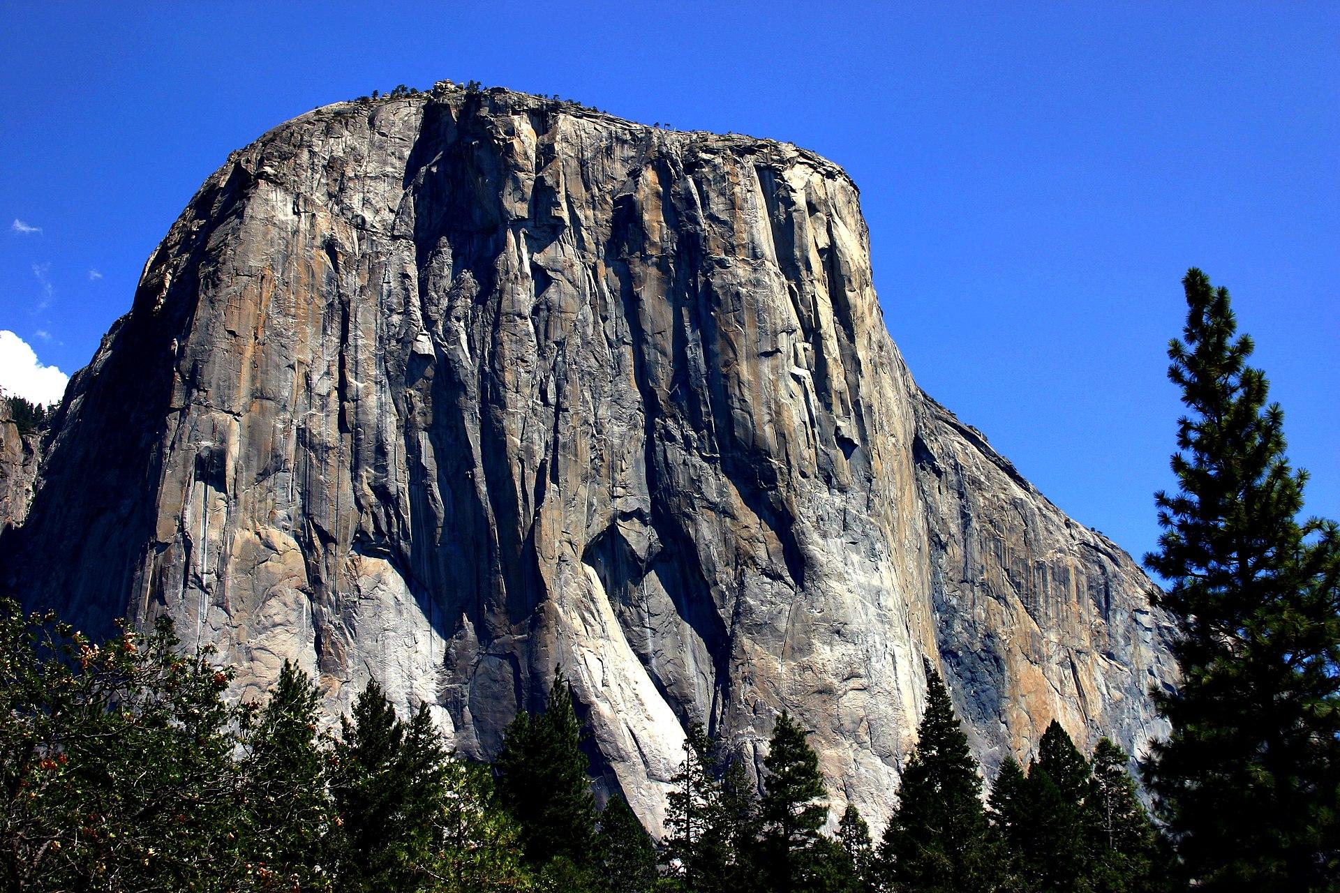 - 美國加利福尼亞州優勝美地國家公園內的一塊巨大磐石,位於約塞米蒂谷以南。整塊石頭高900餘米(3,000英尺),頂部海拔2307米(7,569英尺),是攀岩愛好者的聖地。從優勝美地瀑布邊的小徑向西可以直達酋長岩的頂部,但對於攀岩愛好者來說,真正的挑戰在於直接攀爬裸露的花崗岩表面。目前已經有數條已知的登頂路線,但都無比艱巨。© Wikipedia. All Rights Reserved.